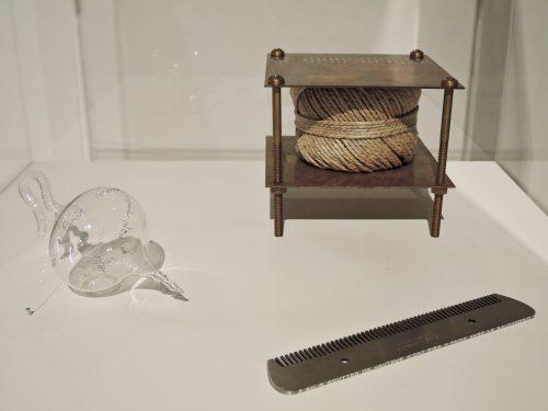 右上:マルセル・デュシャン「秘めた音で」 左:マルセル・デュシャン「パリの空気」 右下:マルセル・デュシャン「櫛」